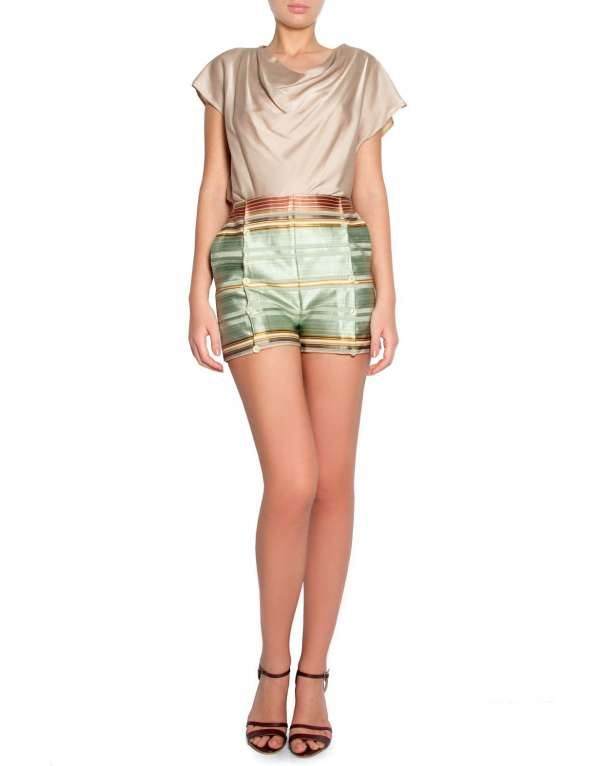 Silk and cotton blend cloth shorts with buttons.